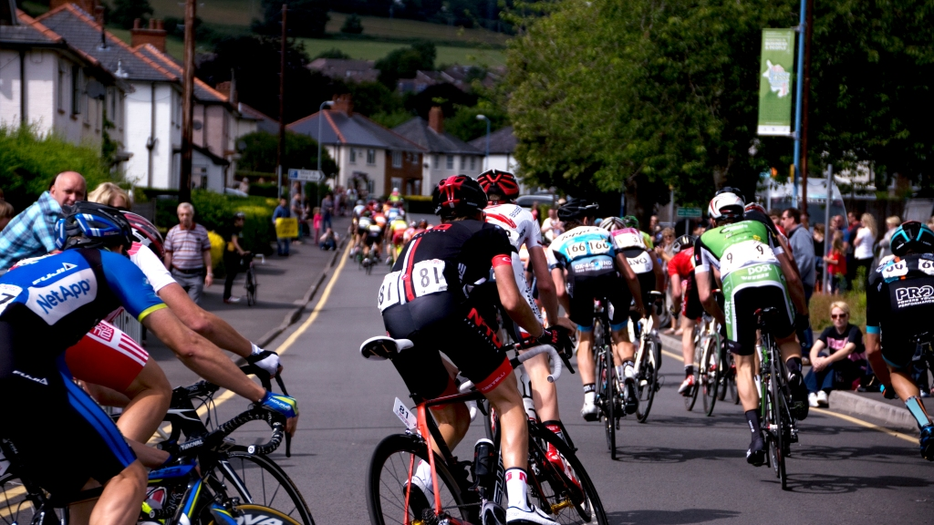 Bunch_racing_out_Abergavenny